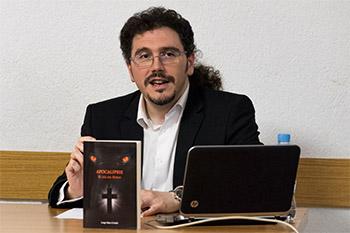Jorge Sáez Criado presentando Apocalipsis en san Cosme y sanDamián, en Burgos